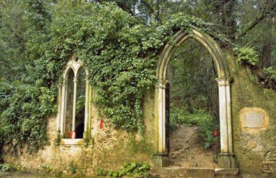 Portal e janela neogóticos na Fonte dos Amores