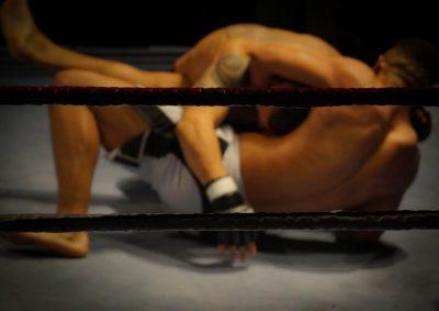 O catch wrestling define-se como um estilo agressivo de luta que utiliza o wrestling em combinação com joint locks e estrangulamentos