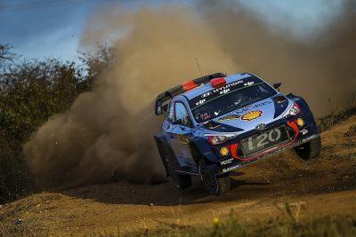 Carro de WRC em acção durante uma especial