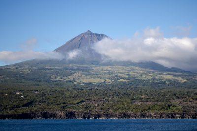 A escalada da serra é uma das atividades mais populares para quem visita a ilha