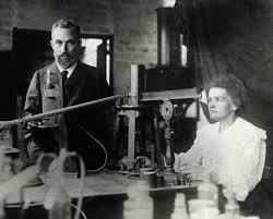 Marie Curie com o marido Pierre Curie no laboratório